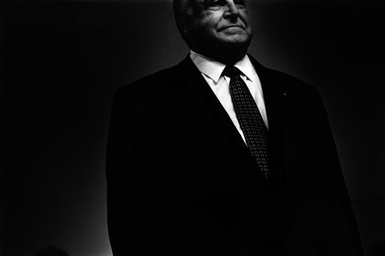 Im Projekt Wahl Kampf Ritual von Bernd Arnold wird ein Foto von Helmut Kohl 1998 bei einer Wahlkundgebung in der Dortmunder Westfalenhalle gezeigt.