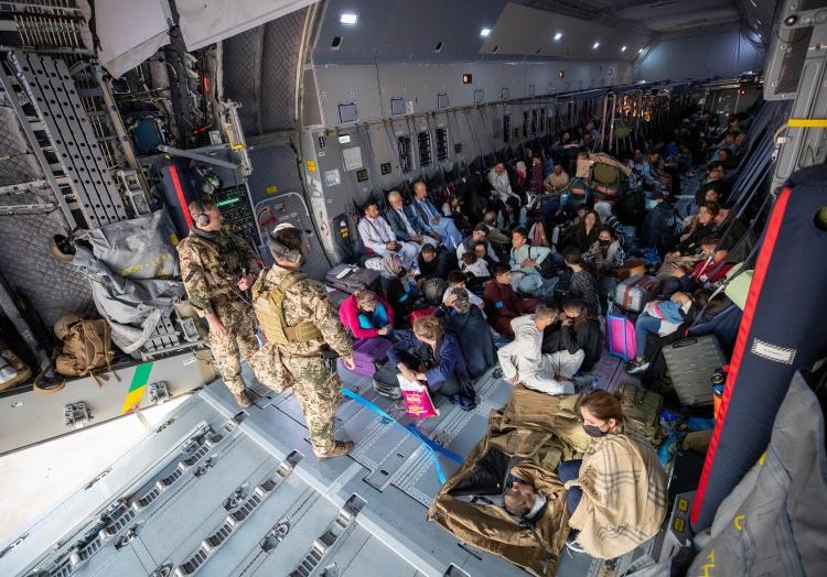 Menschen aus dem 2. Afghanistan-Evakuierungsflug am 17.08.2021, GAF,  Text: über dts Nachrichtenagentur