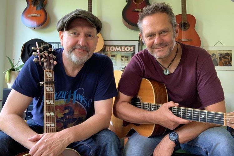 """Das Oldenburger Gitarren- und Gesangsduo """"Chock & Aré"""" spielt am Sonntag, 29. August, um 20 Uhr im Rahmen des Projekts """"Künstler von hier..."""" auf dem Parkplatz vor der Kulturhalle am Pferdemarkt."""