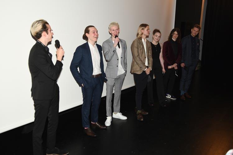 """Die Filmcrew von """"Come to harm"""" mit Regisseur und Hauptdarsteller Anton Karl Kristensen (3.v.l.) erhielt nach der Europapremiere ihres Films im Cine k in der Kulturetage Oldenburg viel Applaus und stellte sich den Fragen des Festival-Publikums."""