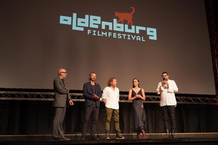 """Das Filmteam von """"Leberhaken"""" mit Regisseur Torsten Rüther (r.) und Darstellerin Luise Grossmann erzählte über die Dreharbeiten nach der Weltpremiere zur Eröffnung vom 28. Internationalen Filmfest Oldenburg."""