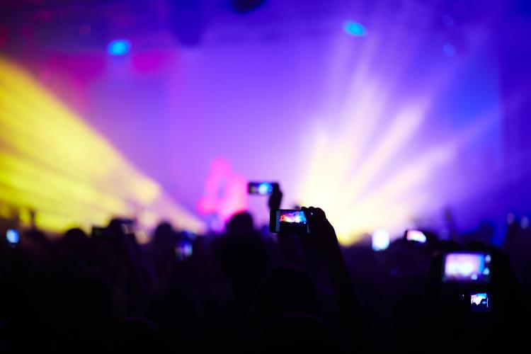 Gerade im Bühnenbereich muss die richtige Balance zwischen dem Schutz und optimaler Versorgung des Künstlers hinsichtlich seiner Performance gesichert sein.
