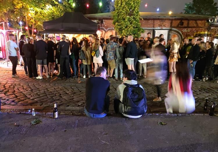 Warteschlange im Sommer 2021 vor einem Berliner Club, über dts Nachrichtenagentur