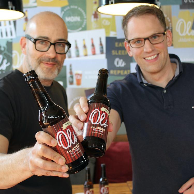 Filmfestchef Torsten Neumann und Ols Braumanufaktur-Geschäftsführer Fritz Kristof Nordmann feiern ihre neue Partnerschaft.