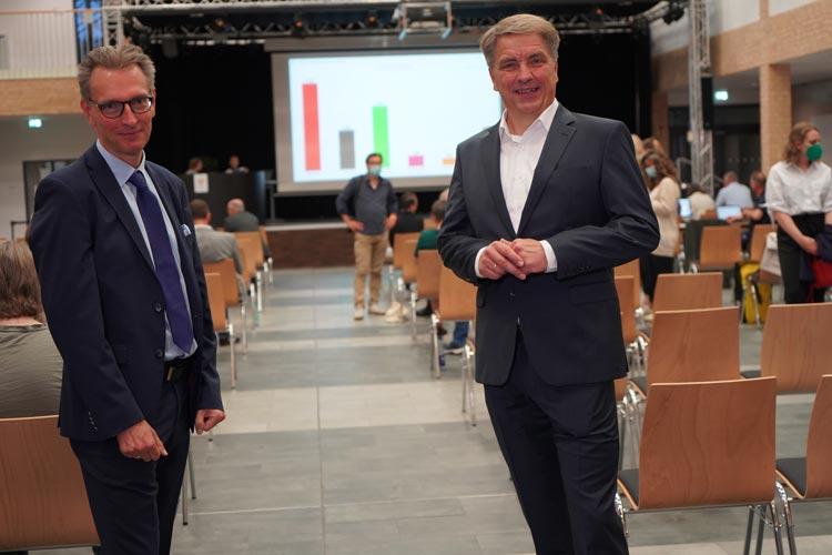 Gehen in zwei Wochen in die Stichwahl: Daniel Fuhrhop (links) für die Grünen und Oberbürgermeister Jürgen Krogmann (SPD).
