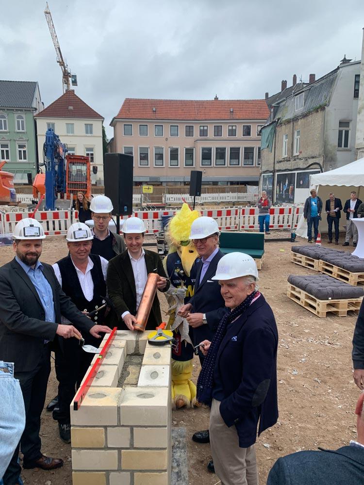 Grundsteinlegung (von links): Björn Motzkus (Firma Porr), Udo Christiansen (Firma Porr), Bastian Hoffmann (Anima), Dr. Mark Maurin (Anima), Moritz Eversmann (Vivum) und Holger Schmidt (HS Architekten).