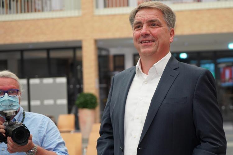 Oberbürgermeister Jürgen Krogmann ist soeben im Wahlzentrum eingetroffen.