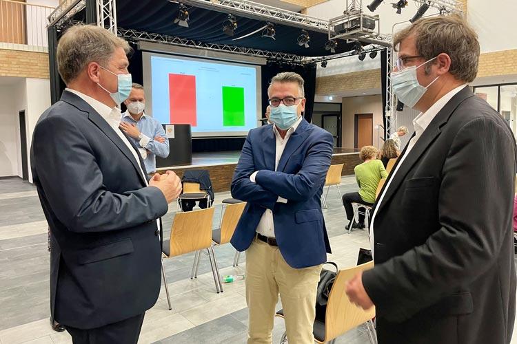 CDU-Kreisvorsitzender Christoph Baak (Mitte) und der CDU-Fraktionsvorsitzende Olaf Klaukien gratulieren Oberbürgermeister Jürgen Krogmann.