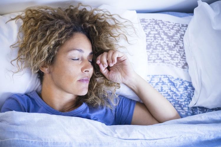 Schlaf hilft bei der Stressbewältigung und ist Grundlage für einen energiegeladenen Tag.
