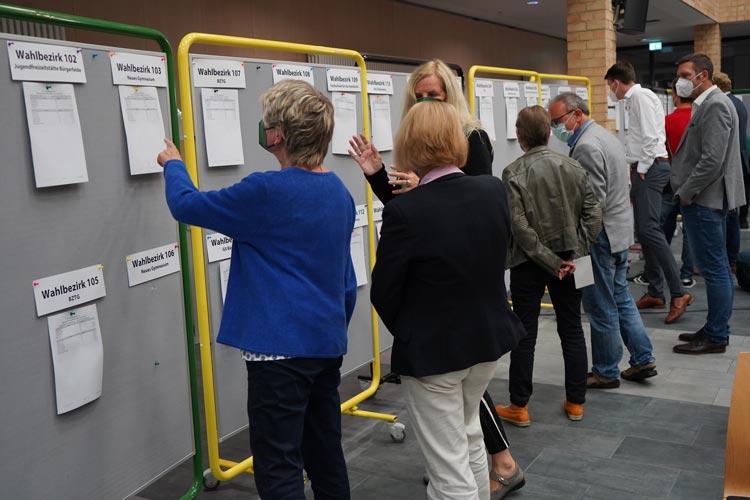 Die Ergebnisse der einzelnen Wahlbezirke werden jetzt ausgehängt.