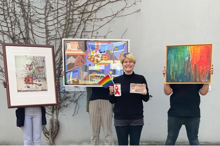 """Hier sind die Kunstwerke (von links) von Rüdiger Brassel (ohne Titel), Pascal Meyer (""""Paralleluniversum""""), Maria-Anna Nordiek (ohne Titel) und Christiane Beier (""""Zweigeteilt"""") zu sehen."""