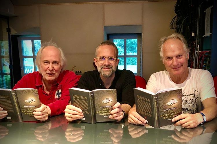 """""""Der katholische Bahnhof"""" ist auch bald als Hörbuch erhältlich. Tonstudio Inhaber Peter Patzer (von links), Synchronsprecher Meik Spallek und Autor Irmin Burdekat beim Vertonen in den Bekegg Studios."""